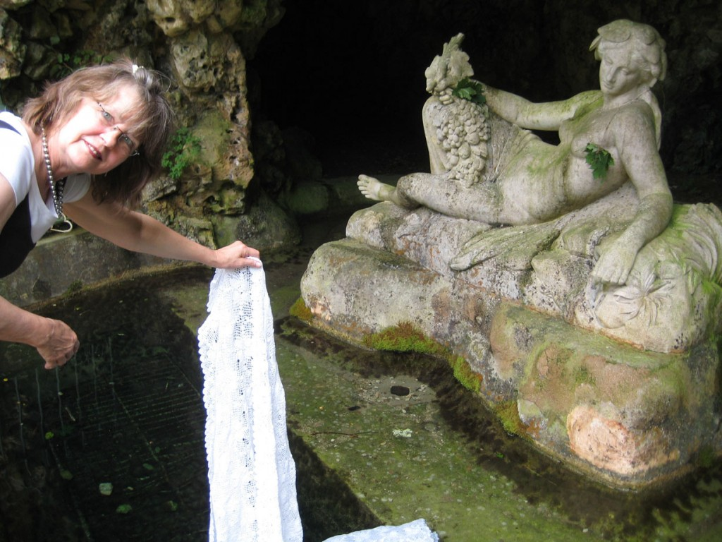 27601667-seine_dipping_at_grotto